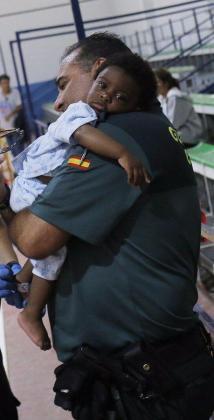 Imagen de archivo de un agente de la Benemérita con un bebé en brazos.