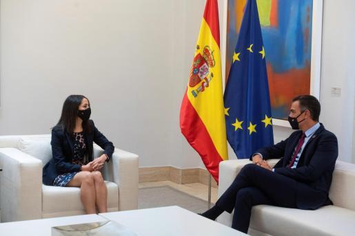 El PSOE y Cs son los que salen mejor parados. En la imagen, Sánchez (d) recibe a Arrimadas para avanzar en la aprobación de los nuevos presupuestos.
