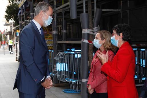 Su Majestad el rey Felipe VI es recibido por la vicepresidenta de Asuntos Económicos, Nadia Calviño,, y por la ministra de Asuntos Exteriores, Unión Europea y Cooperación, Arancha González Laya, a su llegada al Foro Tendencias 2021.