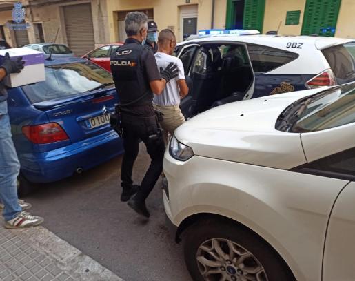 Agentes de la Policía Nacional custodiando a uno de los cabecillas de la trama durante los registros.