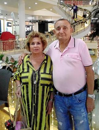 Francisca Fuster y Antonio Nebot, en un centro comercial de Colombia.