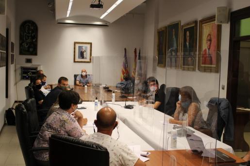 La estrecha sala de plenos de Binissalem contó este jueves con mayores medidas de seguridad sanitaria.