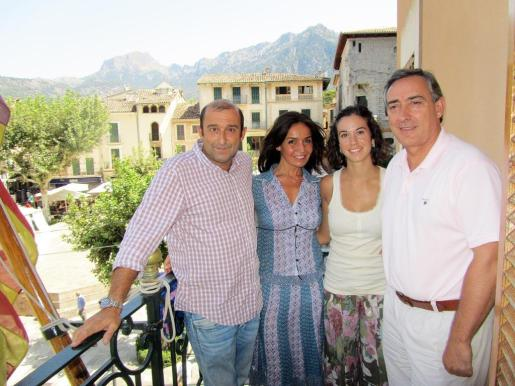 Santiago Mayol, Blanca Marsillach, Antònia Maria Miró y Carlos Simarro posaron ayer tras la rueda de prensa de la actriz, en Sóller.