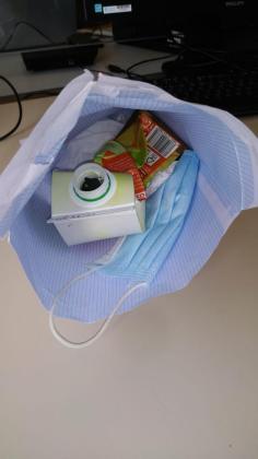 Imagen del sobre con deshechos, incluida una mascarilla, que alguien dejó en el despacho.