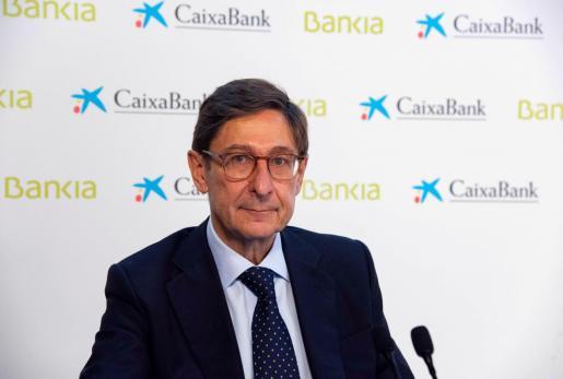 El presidente de Bankia, que será presidente ejecutivo de la nueva entidad, José Ignacio Goirigolzarri (i), durante una conferencia con analistas ofrecida junto al consejero delegado de CaixaBank, que será consejero delegado de la nueva entidad, Gonzalo Gortázar.