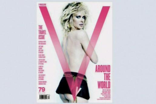 """Imagen de la portada de la revista """"V Magazine"""", que su número de septiembre publica la imagen más sexy de Nicole Kidman captada por el objetivo de Mario Testino, quien retrata a la actriz con un maquillaje arriesgado, con ojos ahumados, melena platino, cardada y desfilada, un perfil con la espalda desnuda y los brazos cubriendo sus senos; y como único atuendo, una minifalda de cuero negro que deja al descubierto parte de sus glúteos."""