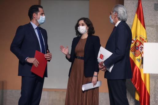 La presidenta madrileña, Isabel Díaz Ayuso, el vicepresidente madrileño, Ignacio Aguado (izda), y el consejero de Sanidad de Madrid, Enrique Ruiz.