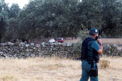 Efectivos de la Guardia Civil y el detenido como presunto autor confeso de la muerte de Manuela Chavero.