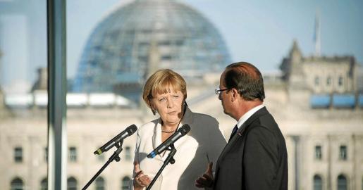 La canciller alemana, Angela Merkel, y el presidente francés, François Hollande, se dirigen a los medios en la Cancillería de Berlín.