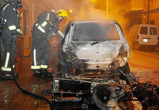 Los Bombers de Palma sofocaron las llamas, que provocaron importantes daños materiales.