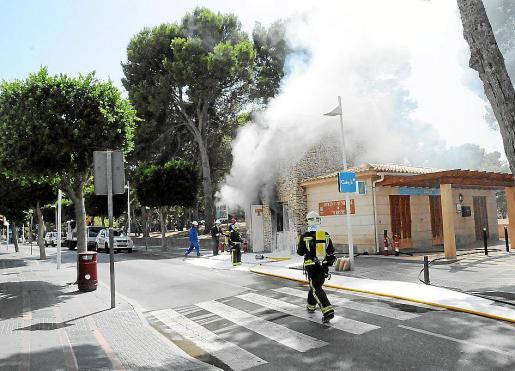 El incendio comenzó en una caseta anexa a la oficina de turismo de Santa Ponça. Abajo, a la derecha, el alcalde, Manuel Onieva.