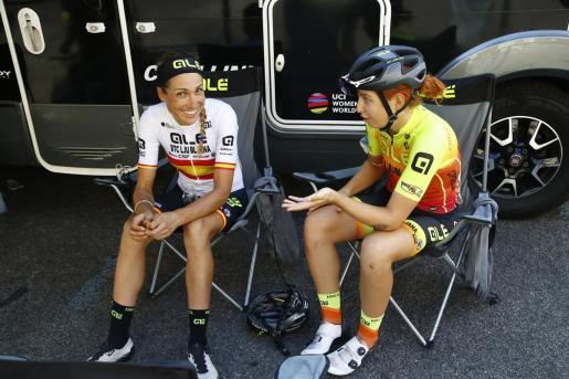 Imagen de Mavi García hablando con una compañera de equipo en el Giro de Italia femenino.