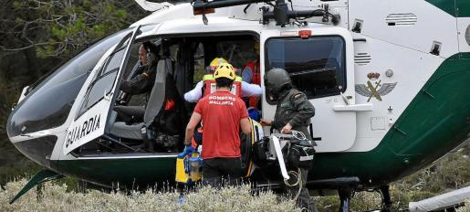 El helicóptero «Cuco» de la Guardia Civil, el Equipo de Montaña, los bomberos y la Policía Local buscaron ayer al desaparecido .