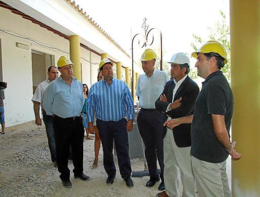 El conseller d'Educació, Rafel Bosch (segundo por la derecha), ayer, visitando las obras