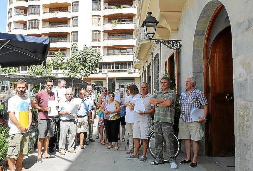 Los vecinos, ayer ante el Ajuntament, antes de registrar las alegaciones.