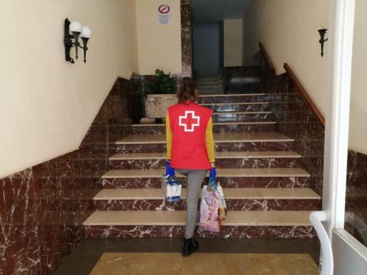 La Cruz Roja entrega comida a domicilio a las mujeres en situación de prostitución.