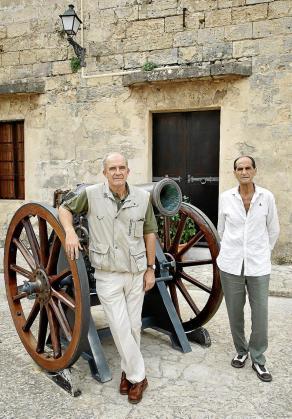 Recordando la Legión. Los coroneles José Luis Miguel Albarracín y Carlos Alemán (derecha) posan para este periódico junto a un cañón del castillo de San Carlos. En este museo militar recordaron sus días como soldados de la Legión.