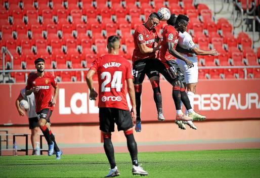 Raíllo y Baba saltan por un balón aéreo con un jugador del Rayo.