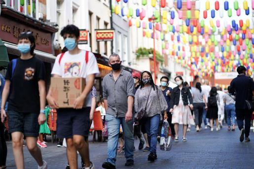 La gente camina por Chinatown (Londres).