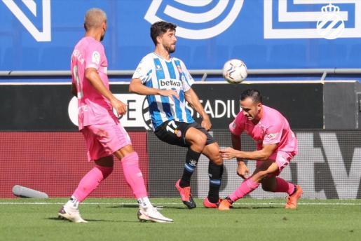 Joan Sastre disputa un balón durante el encuentro.