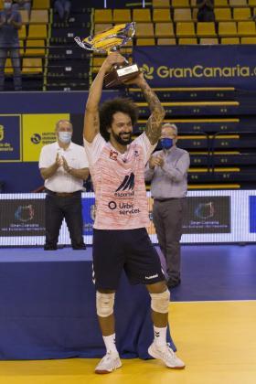 El jugador del Urbia U Energia Perini levanta el trofeo de campeón del Memorial Juan Rodríguez Doreste en Las Palmas de Gran Canaria.