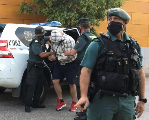 Agentes de la Guardia Civil de Zafra (Badajoz) escoltan al autor confeso de la muerte de Manuela Chavero, la mujer desaparecida en julio de 2016 en la localidad pacense de Monesterio, a su llegada a los juzgados tras participar en la reconstrucción de los hechos en su vivienda.