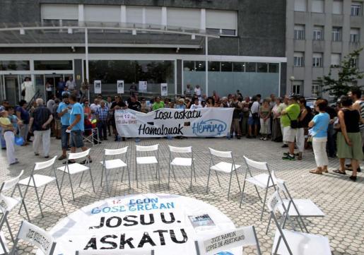 Vista de la concentración del colectivo de apoyo a los presos de ETA Herrira celebrada en el exterior de Hospital Donostia el pasado domingo.