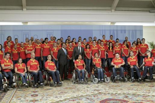 El presidente del gobierno Mariano Rajoy junto a todos los atletas paralímpicos en el Palacio de la Moncloa.