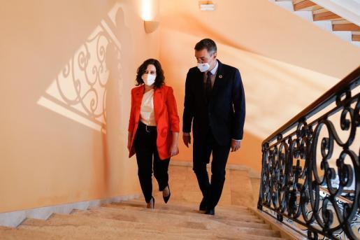 Fotografía facilitada por la Comunidad de Madrid de la presidenta regional, Isabel Díaz Ayuso, y el presidente del Gobierno, Pedro Sánchez, momentos antes de la reunión que han mantenido este lunes.