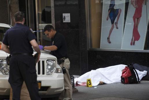 Agentes de la Policía de Nueva York examinan la escena del crimen.