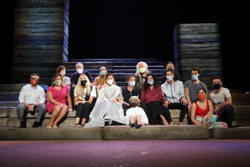 Los reponsables artísticos, administrativos y ejecutivos de la obra, ayer sobre el escenario del Teatre Principal de Palma.