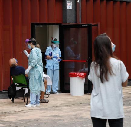 Un grupo de personas esperan su turno para sometrse a una PCR.