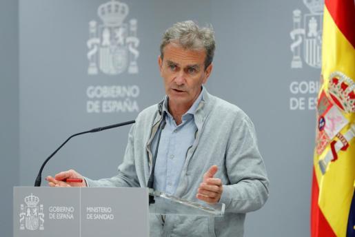 GRAF8565. MADRID, 21/09/2020.- El director del Centro de Alertas Sanitarias, Fernando Simón, comparece en rueda de prensa para dar cuenta de los últimos datos de la pandemia de coronavirus en España, este lunes en el Ministerio de Sanidad, en Madrid. El ministerio español de Sanidad notificó hoy 31.428 nuevos casos de coronavirus desde el pasado viernes, 2.975 confirmados en las últimas 24 horas, con lo que el total de infecciones desde el inicio de la pandemia asciende a 671.468 y el de muertes a 30.663, con 168 decesos más durante el fin de semana y 311 en los últimos 7 días. EFE/ Chema Moya POOL España suma 31.428 nuevos contagios y 168 muertes en el fin de semana