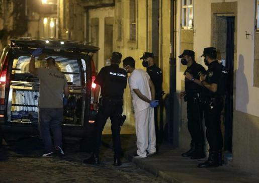 Miembros de la Policía Nacional y científica se han personado en la calle Loureiros, en el casco histórico de Santiago de Compostela.