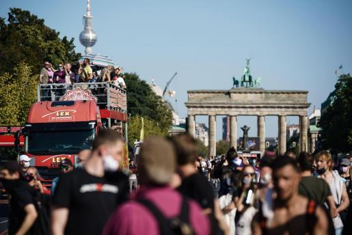 Los alrededores de la Puerta de Brandenburgo, durante la celebración del Love World Peace Parade bajo medidas de seguridad.