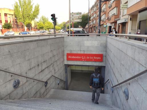 Un hombre accede a la estación de cercanías de Alcobendas-San Sebastián de los Reyes este lunes en Alcobendas.