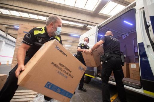Imagen de la entrega de 708.000 mascarillas a la Diputación y al Ayuntamiento de Barcelona.