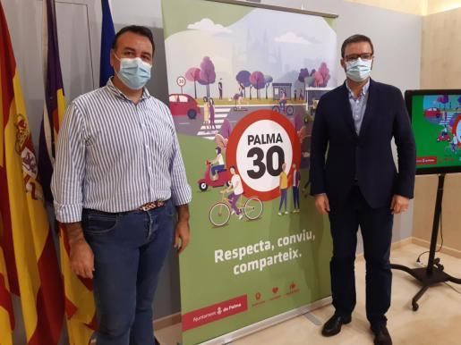El alcalde Hila (d) y el regidor Dalmau, en la comparecencia ante los periodistas.