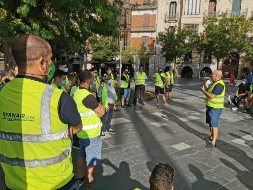 Trabajadores de la EMT, concentrados en la plaza de España.