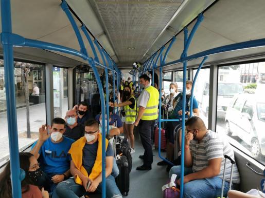 Trabajadores de la EMT han subido este martes por la mañana a los autobuses para explicar a los usuarios las reivindicaciones