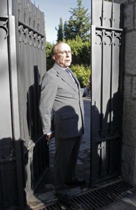 El empresario José María Ruiz-Mateos habla con los medios a las puertas de su domicilio en Somosaguas (Madrid).