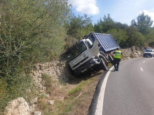 El camión ha volcado en Esporles.