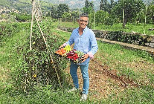 Miquel Borràs muestra algunos de los productos ecológicos que cultiva en su finca.