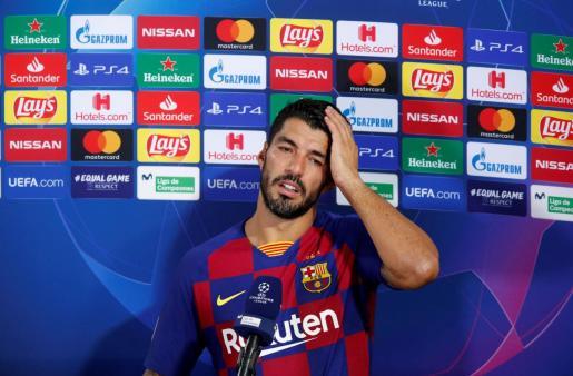 El delantero del Barcelona Luis Suárez atiende a los medios de comunicación después delpartido de la Liga de Campeones ante el Nápoles en el Camp Nou.