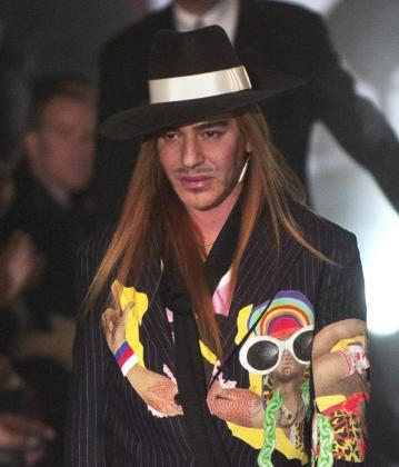 Foto de archivo del 05 de marzo de 2005 que muestra al modisto británico John Galliano durante un desfile de su colección en París, Francia.
