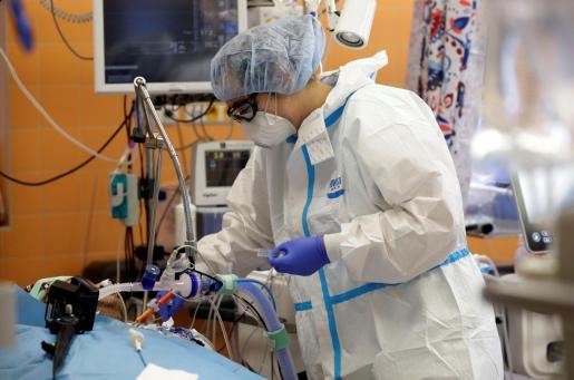Personal médico atendiendo a un enfermo de coronavirus.
