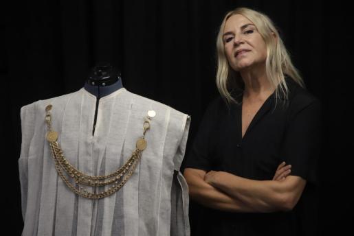 La artista, Susy Gómez, junto al traje de Clitemnestra.
