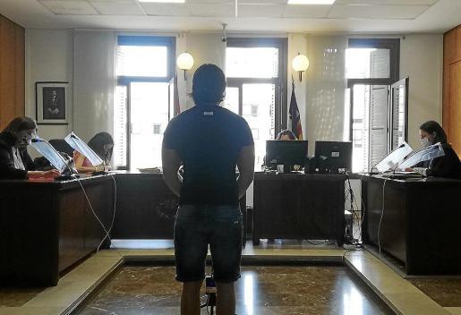 El acusado, que se encuentra en prisión por otros hechos, en un juzgado de Palma.