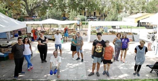 Imagen de grupo de productores y vendedores, en la plaza de los Patines.