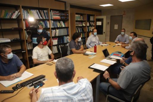 El alcalde de Palma, José Hila, se sentó este martes por primera vez con los representantes de los trabajadores de la EMT.
